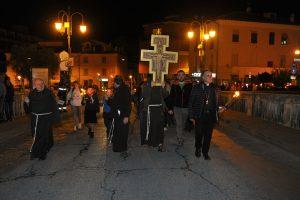 """""""Con Francesco nella Valle"""" si apre nel segno della Croce e della Regola"""