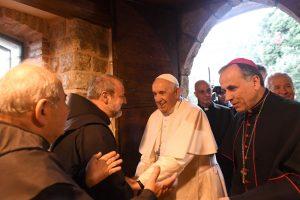 Il Santo Padre in visita a Greccio: «Non è importante come si allestisce il presepe, ciò che conta è che esso parli alla nostra vita»