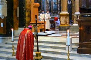 Stare in silenzio di fronte alla croce aiuta a ritrovare la coscienza della vita e della morte