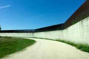 Al di là del muro